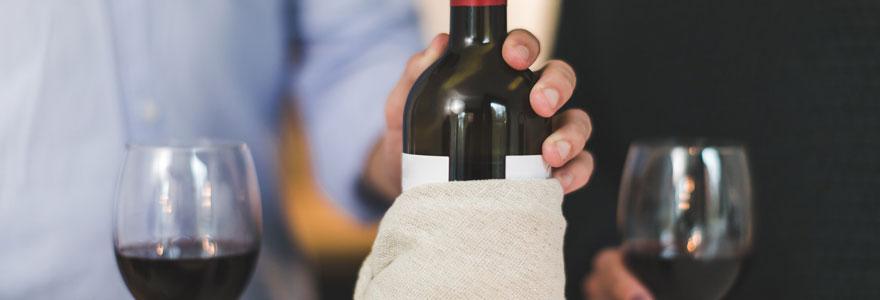 Photo d'une bouteille de vin rouge avec deux verres pour un service